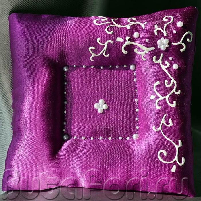 Фиолетовая подушечка с углублением для колец
