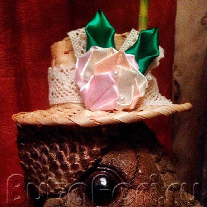 миниатюрная шляпка декорированная кружевом и лентами