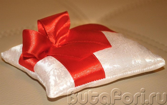 Маленькая подушечка для колец с красным бантом