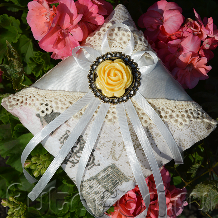 Винтажная свадебная подушечка с камеей