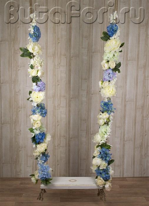 Деревянные качели с цветами для декора витрин