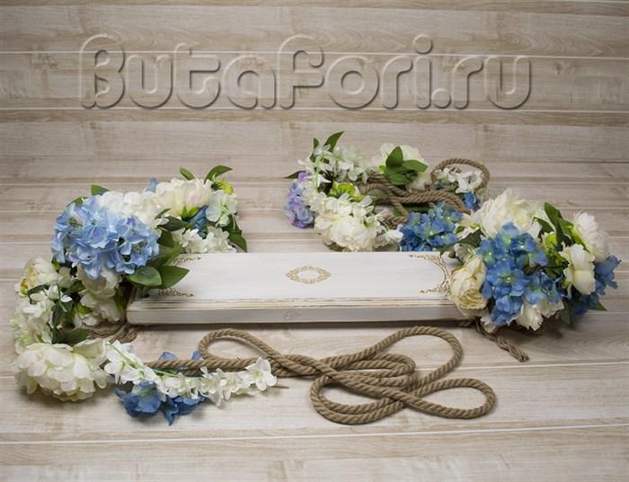 Веревочные качели украшенные цветами