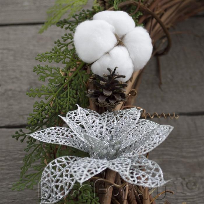 Плетеное гнездо декорированное цветками хлопка и серебристой пуансеттией