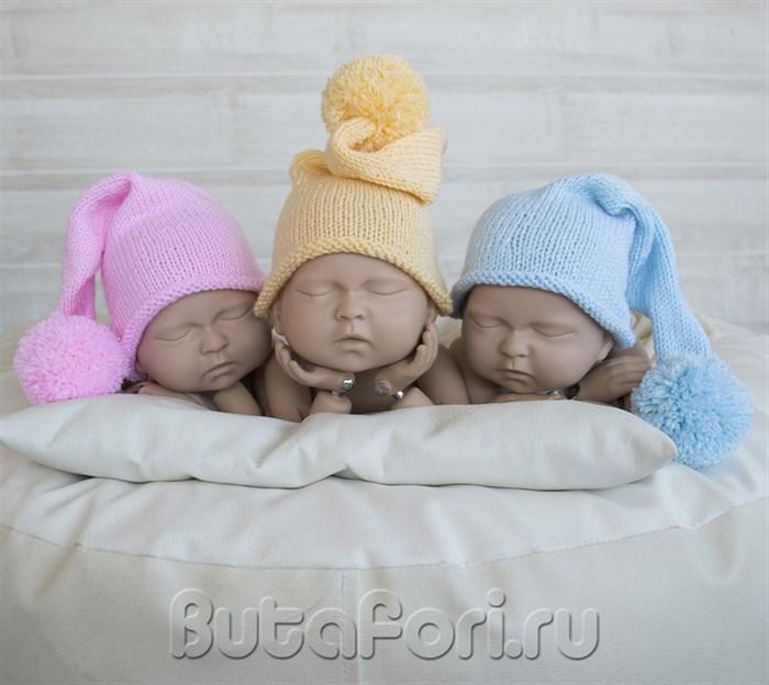 Разноцветные вязаные шапочки для фотосессии