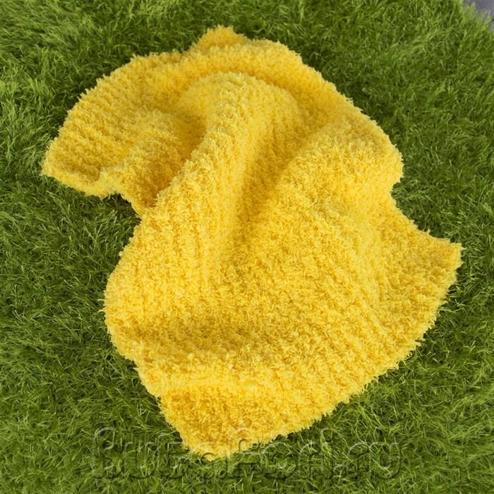 Желтый вязаный коврик для фотосессии