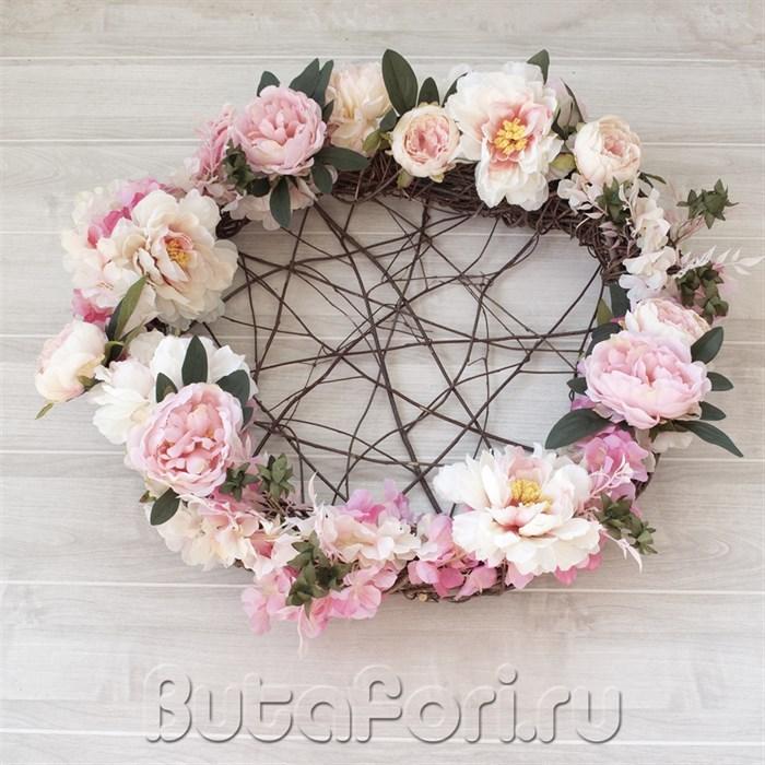 Гнездо из цветов для newborn съемки