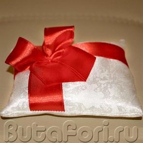 Свадебная подушечка белая с красным бантом из атласа