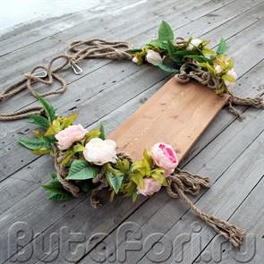 Декоративные качели украшенные цветами