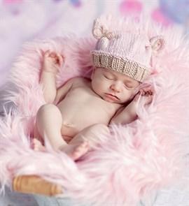 Розовая вязаная шапочка для фотосессии