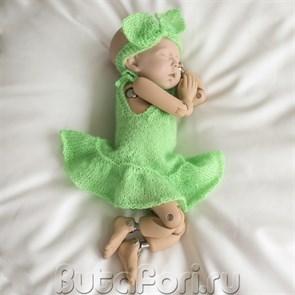 Вязаное зеленое платье с повязочкой