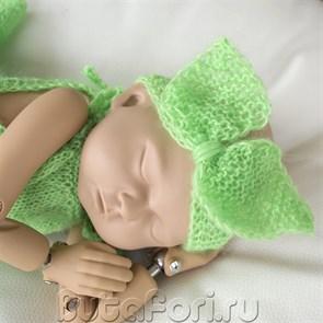 Вязаная зеленая повязочка для новорожденной