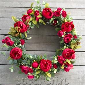 Гнездо из цветов роз и пионов