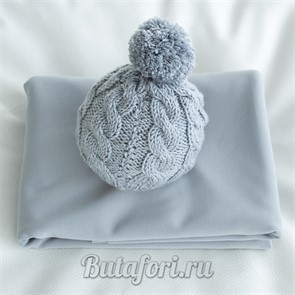 Серый фон и вязаная шапочка для фотосессии новорожденных